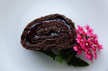 Kakao-Roulade<span> mit Johannisbeer Marmelade</span>